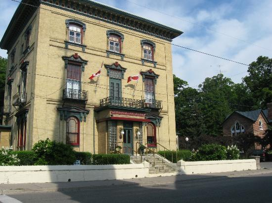 Carlyle Inn and Bistro: front view of inn
