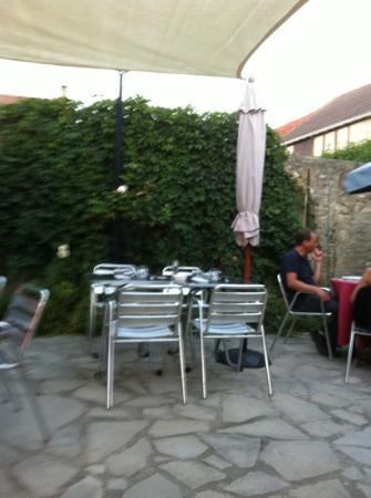 L'Auberge de Montainville: petite terrasse bien sympathique