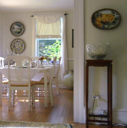 Staveleigh House Bed and Breakfast: View of dining area from common area