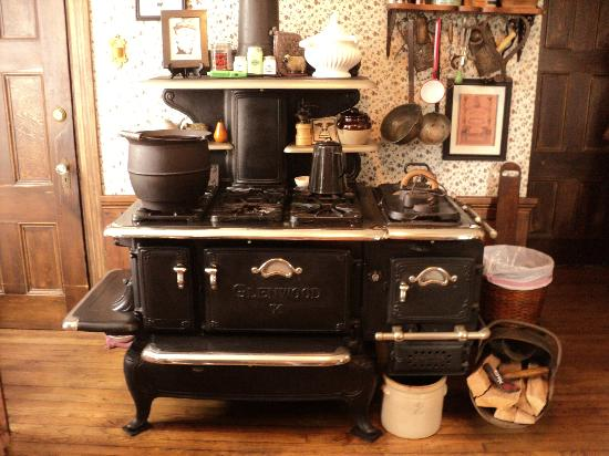 Lizzie Borden Bed and Breakfast: kitchen