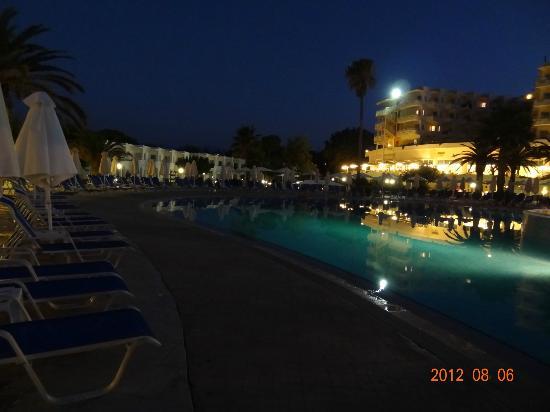 Louis Creta Princess Beach Hotel: Poolen efter solnedgang