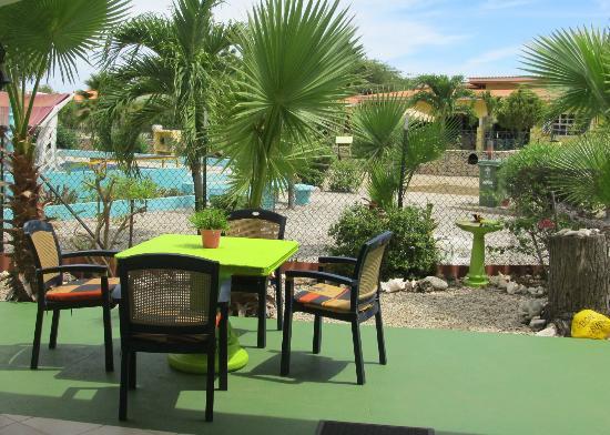 Bonaire Exclusive Bungalows: Uitzicht vanuit bungalow 26 richting zwembad