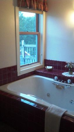 Maple Hill Farm Inn: Private jetted tub