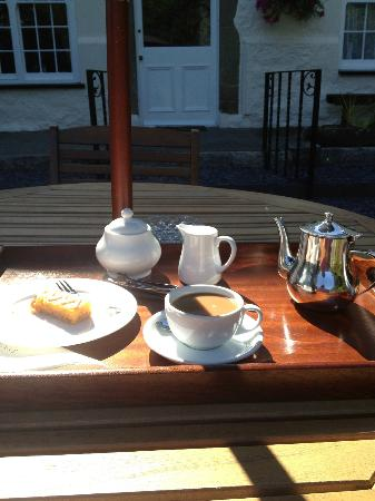 Plas Dinas Country House: Afternoon coffee and homemade cake on the terrace