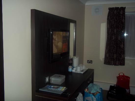 Best Western Gatwick Skylane Hotel: TV and table