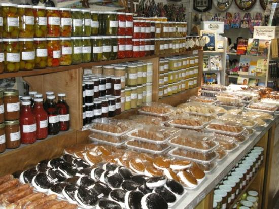 Ronks, Pensilvania: Homemade canned goods in country store