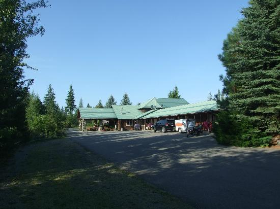 Bonners Ferry Log Inn: Nestled among the Pines