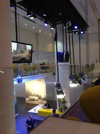 L'Atelier Renault Cafe: à l'étage, sur passerelle
