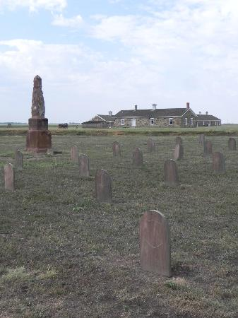 Fort Larned National Historic Site: Cemetery and Monument to those who died