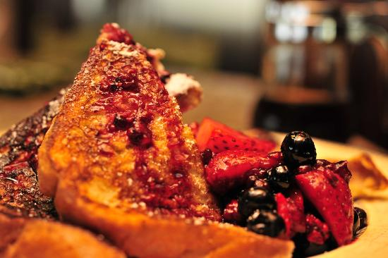 Riverview Bed & Breakfast: French Toast with Berry Compote