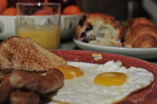 Riverview Bed & Breakfast: Full Hot Breakfast, no Buffets Here