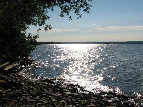 Bayview Motel: Afternoon view from the rocky lake shore
