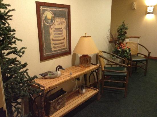 Stoney Creek Inn - Quincy: Great 'Fishing/Hunting' Lodge feeling...very inviting!
