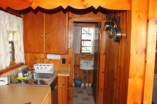 Lazy E Motor Inn: Kitchen, bathroom