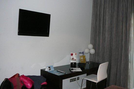Eurostars Lex: Desk and TV