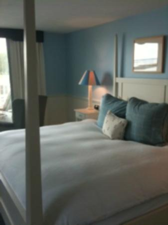 The Breakwater Inn and Spa: Well decorated, large king bedroom