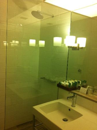 QT Canberra: Nice, clean bathroom