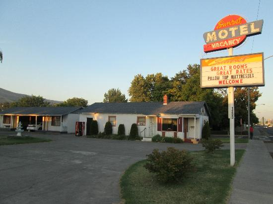Sunset Motel: Sign & office