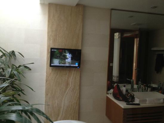 Maca Villas & Spa : tv in bathroom