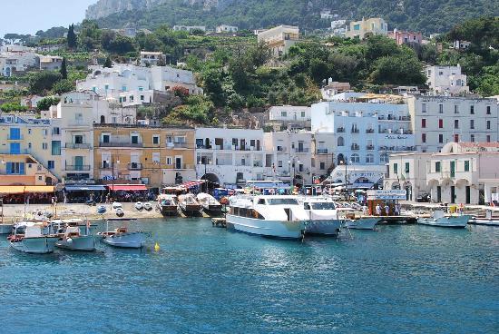 Hotel Relais Maresca: Desde el ferry vista del puerto y Hotel