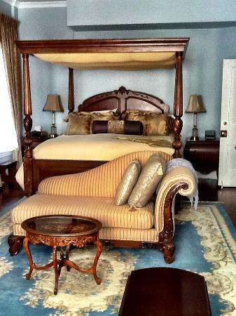 Stewart House Inn, Stratford, Ontario: Regency Suite - Bed half of the suite