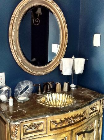 Stewart House Inn, Stratford, Ontario: Above the vanity