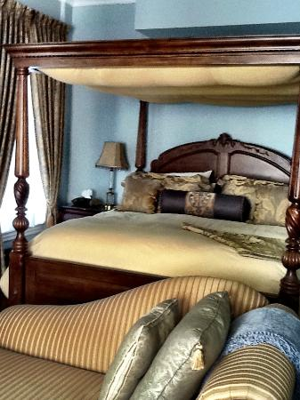 Stewart House Inn, Stratford, Ontario: Regency Suite - Beautiful Bed