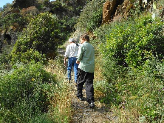 Panarea Giardini Naxos: camino de montaña en panarea