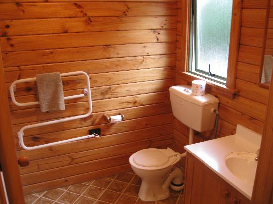 Forest Peak Motel: Clean and Tidy Bathroom