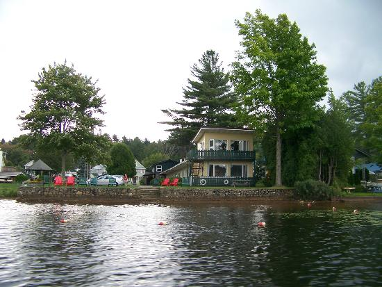 ‪‪Adirondack Motel‬: From the water. Cottages not in picture but to the left