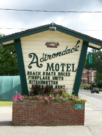 Adirondack Motel: Great classic sign