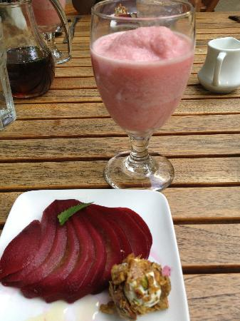 Ashland Creek Inn: Breakfast begins with berry/mellon smoothie... then wine/hibiscus poached pear with fr goat chee