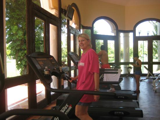 Casa Velas: Pam walking the tread mill in the gym