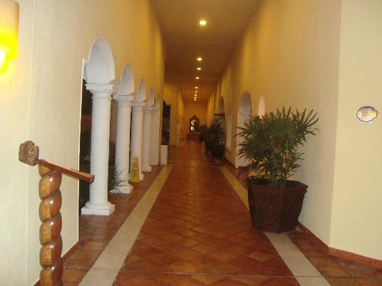Casa Velas: Hallways in hotel area always , clean, bright and shiny