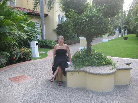 Casa Velas: Pam on the grounds ont he way to dinner