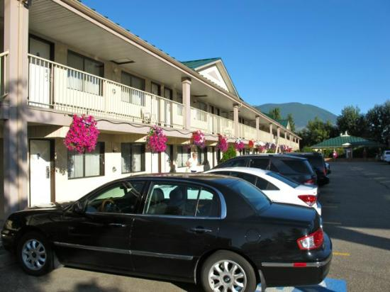 BEST WESTERN Salmon Arm Inn : Two story walk up block of rooms