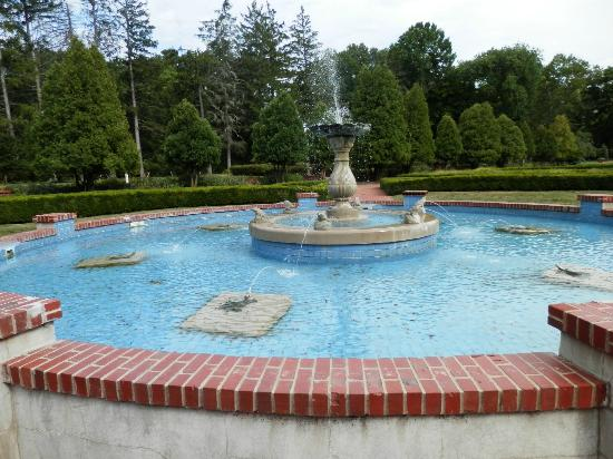 West Baden Springs Hotel: Fountain on grounds