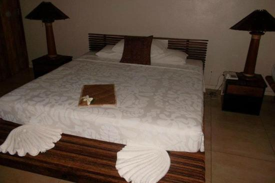 เลอ มานูมี โฮเต็ล: bed