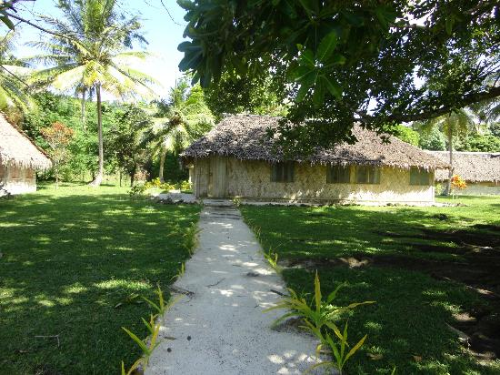 Lonnoc Beach Bungalows: Path to bungalow