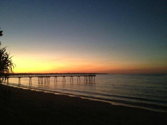 Shelly Bay Resort: Sunset over the beach and pier