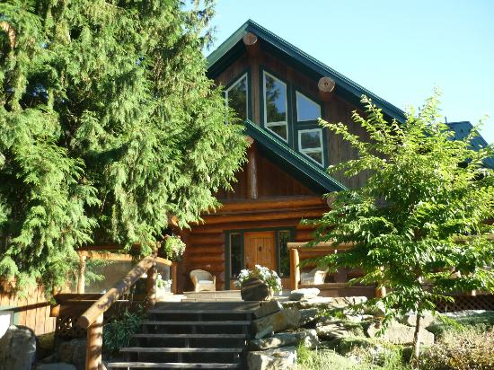 Lillooet River Lodge: Front entrance