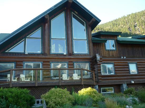 Lillooet River Lodge: South facing main living area