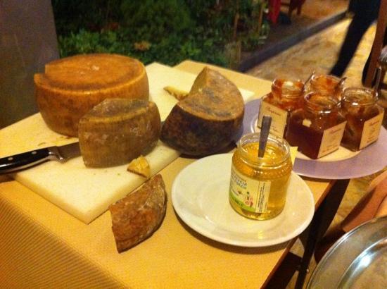 Le Contrade: tagliata di formaggi locali...