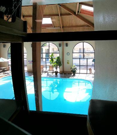 BEST WESTERN Music Capital Inn: view of pool from breakfast room