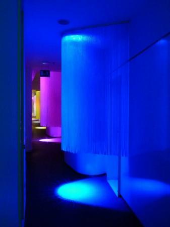 chic&basic Born Hotel: Flur mit cooler Beleuchtung