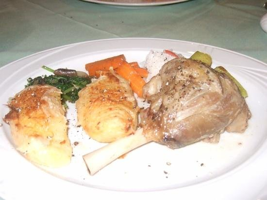 Sunbow Restaurant: kleftico with beautiful roast potatoes