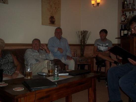 Kirkby House Hotel: pre dinner chat n drinks with Steven