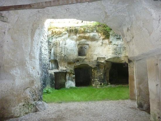 Manoir de Boisairault : caves in the garden