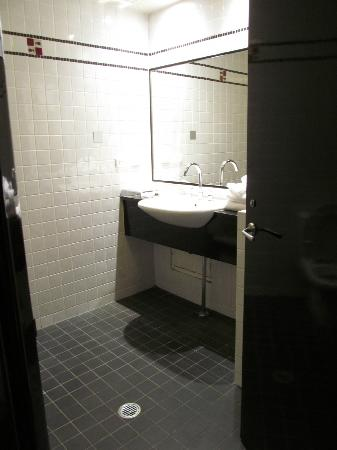 Park8 Hotel Sydney: Spacious bathroom