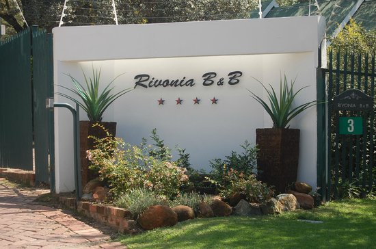 Rivonia Bed & Breakfast: Entrance from River Rd., Rivonia